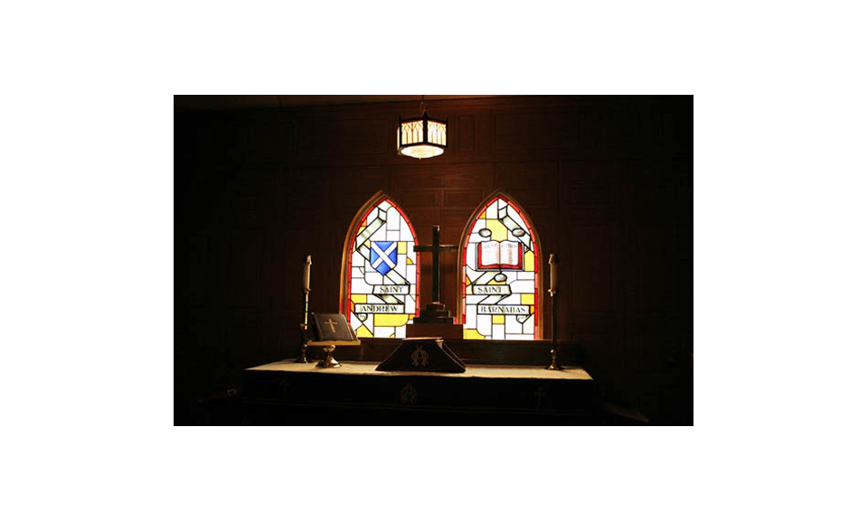 Stained glass windows in the older chapel recognizing the two parishes (© Andrew Foot - International Metropolis)