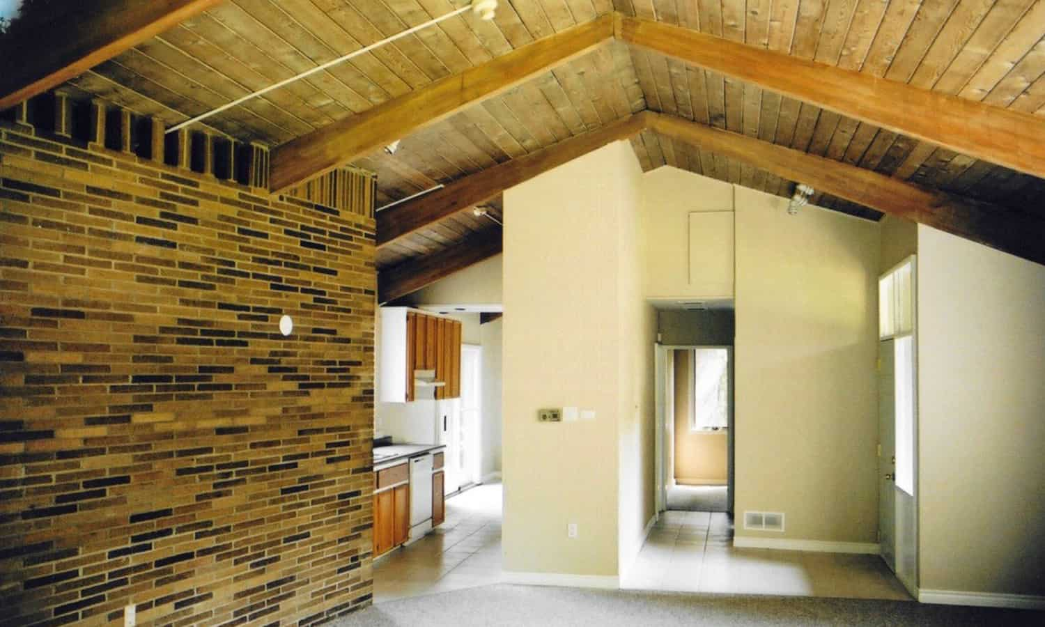 Living space with visible three-pinned wooden arch structure