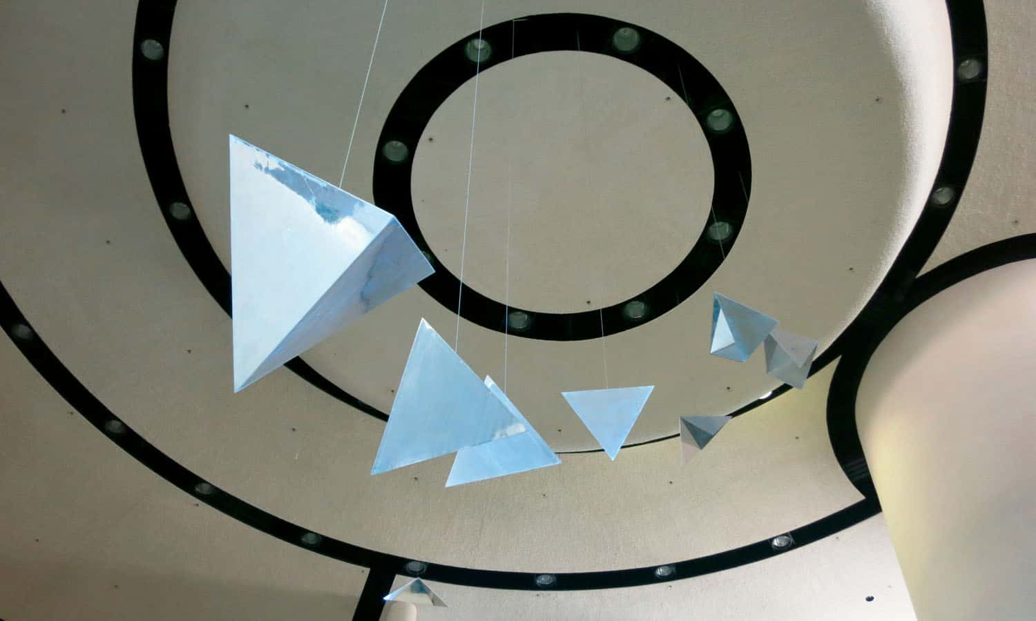 White finishes characterize the 20m high rotunda, which is the art gallery of the civic centre