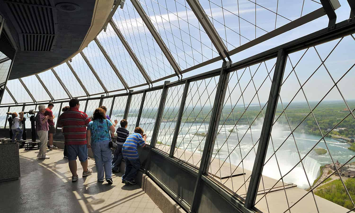 The exterior observation deck with 360 degree views of the Falls. (Wikipedia – Wladyslaw)