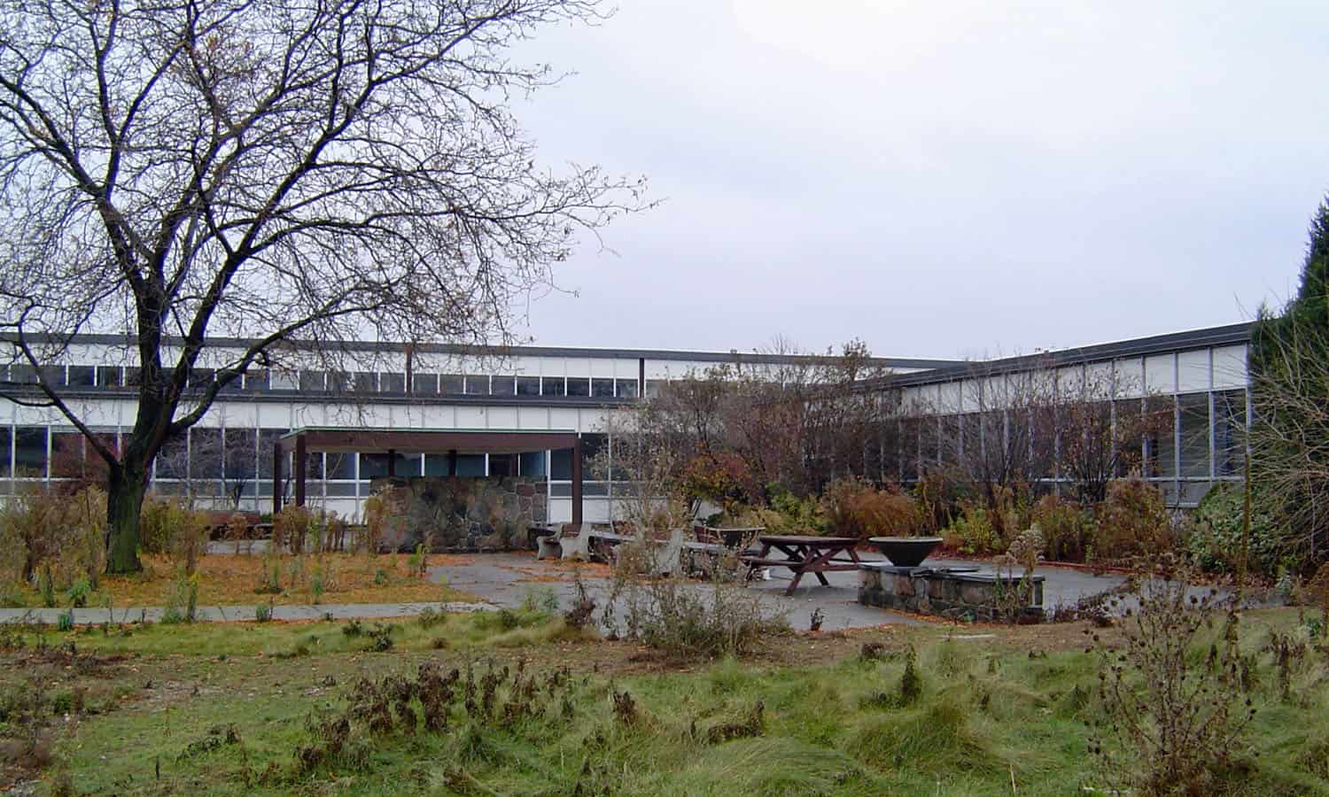 One of the three garden courts, designed by Dunington-Grubb and Stensson, shown here overgrown following the closure of the complex (Unterman McPhail)